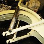 Bild von der lackierten und montierten Schwinge des Mopeds.